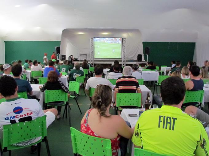 Transmissão de jogo no telão no Ginásio Luiz Sodré Ayres