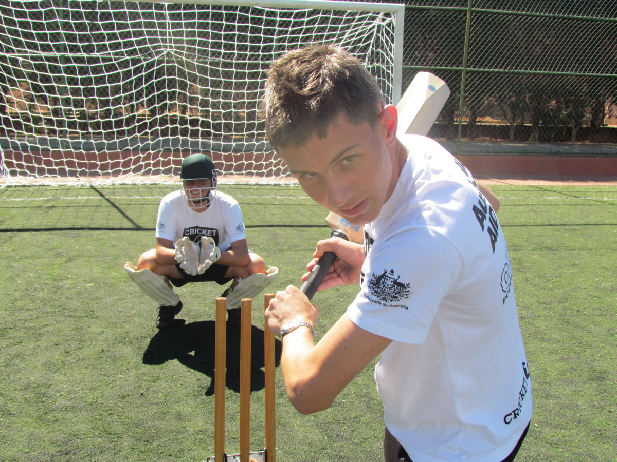 Autoridades internacionais visitam projeto de cricket em Poços de Caldas