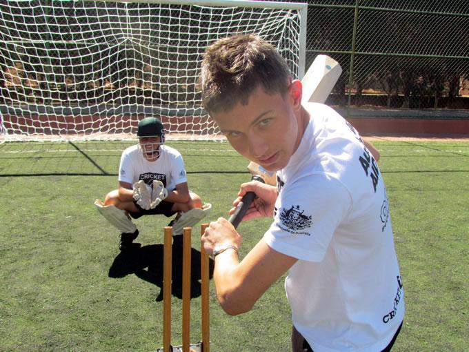 Sócios de várias idades praticam o cricket na Caldense