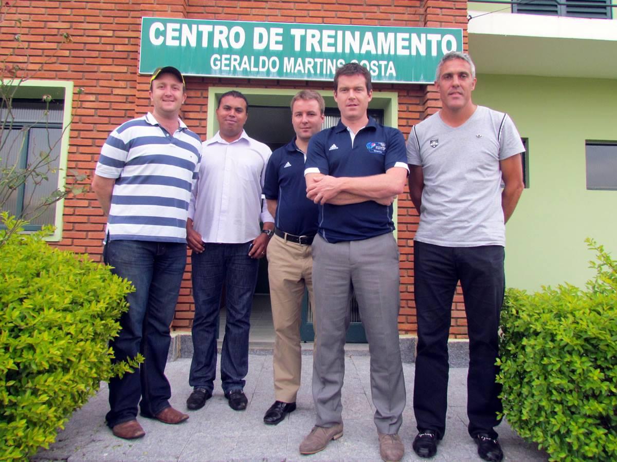 Autoridades do cricket visitam estrutura da Caldense