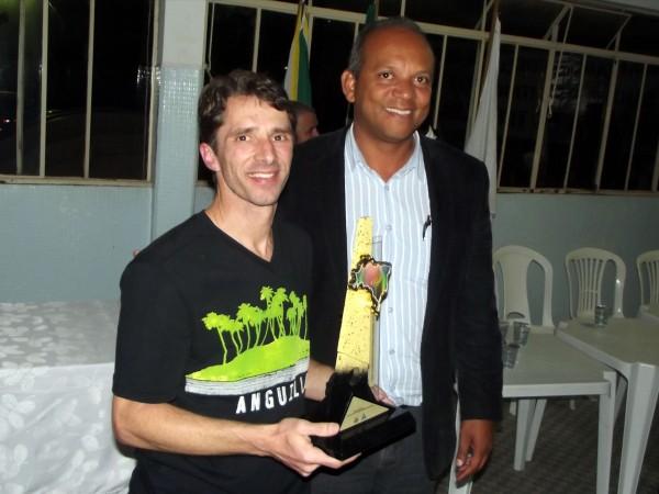Ailton Lopes recebe o troféu de empresa mais disciplinada das mão do Prefeito Municipal.